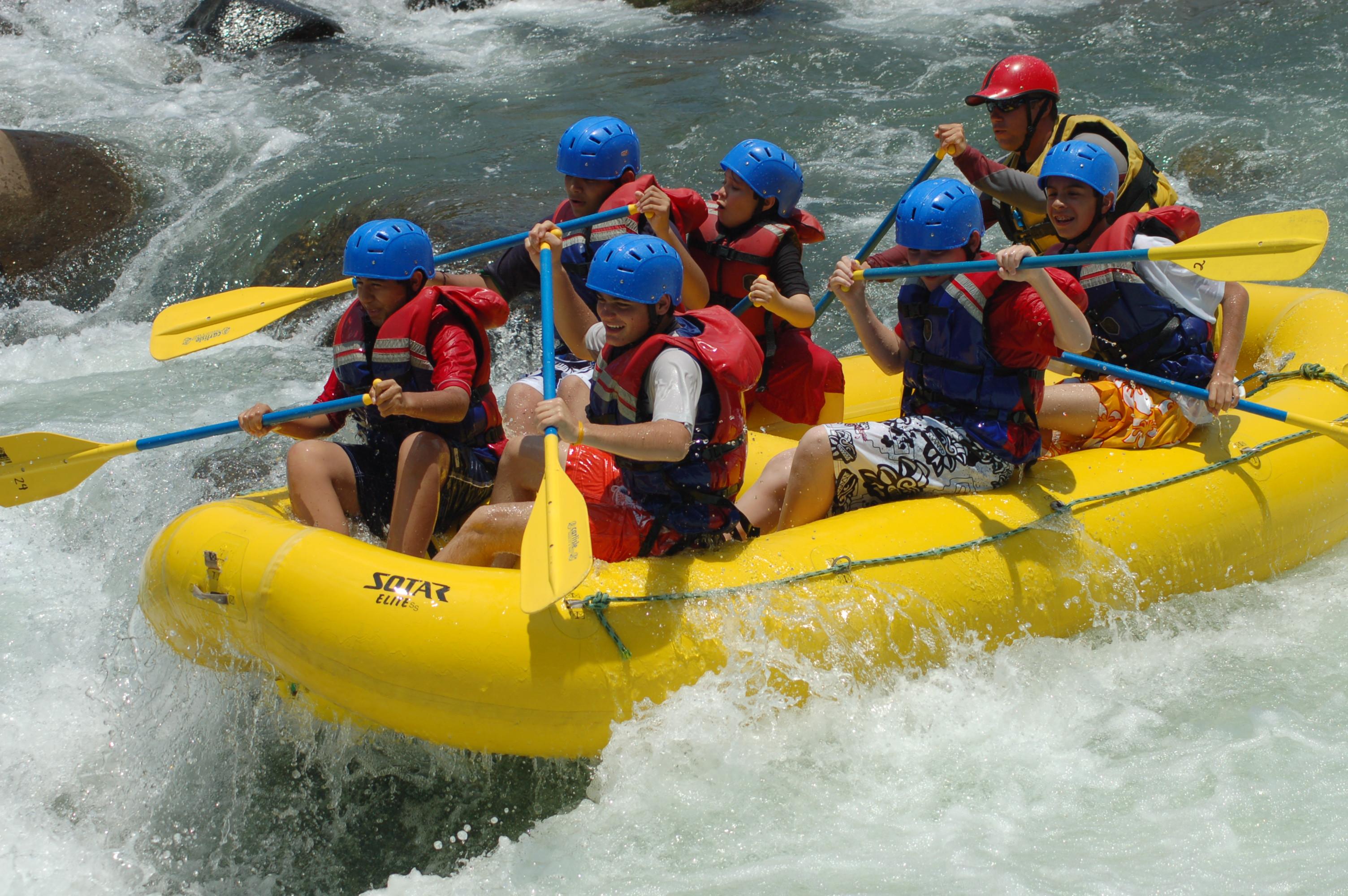visitantes haciendo rafting en el río Filobobos